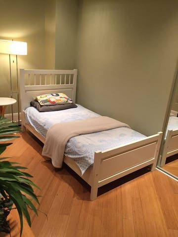Peaceful Room in Verdun - 몬트리올(Montreal)