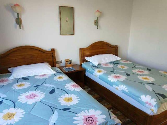 特色标准间,环境清净优雅,房间温馨舒服。有一种居家的感觉有免费wifi24小时热水,解旅途中的疲倦。