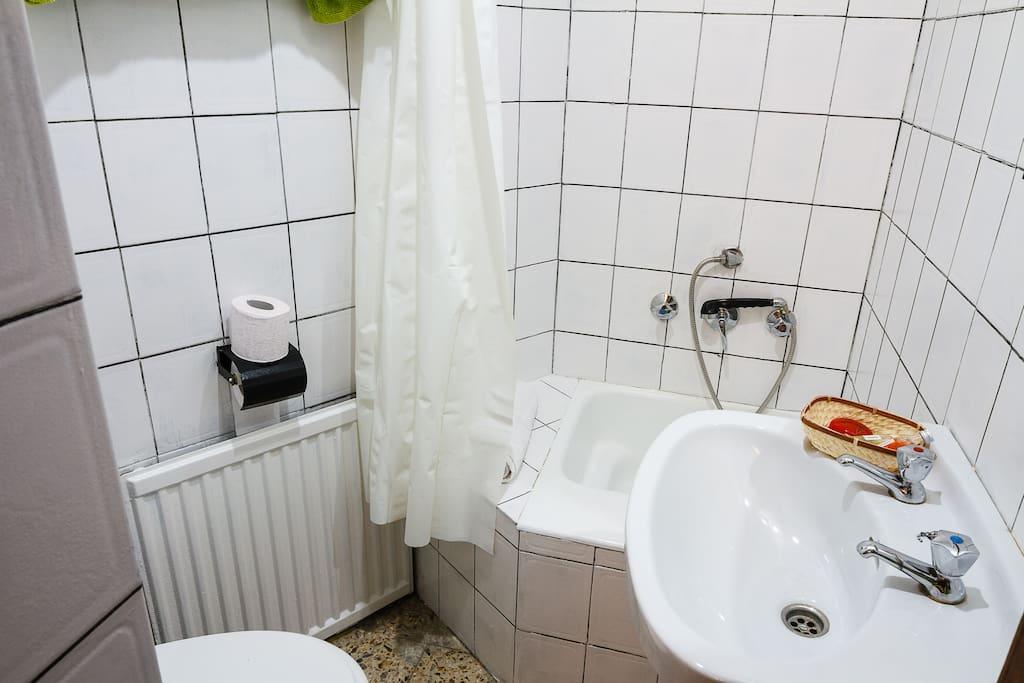 Baño Ahora. Media bañera o poliván, vater, lavabo.