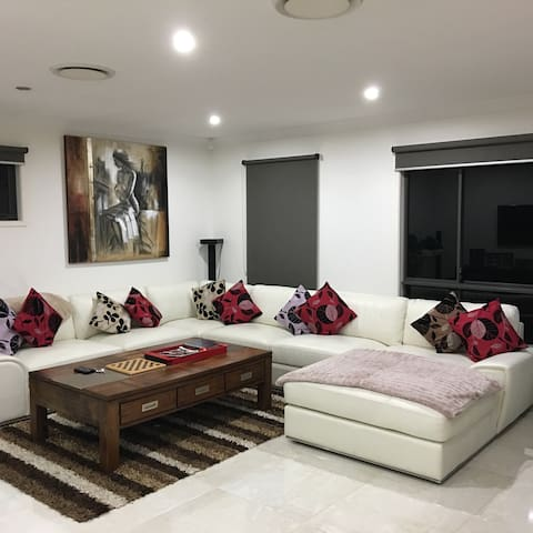 Luxury Home - 5 Bedroom home - Free Wifi & Pool - Upper Coomera - Hus
