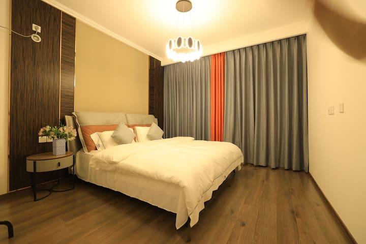 1.8宽的大床房,品牌床垫,干净床品超舒适,超大窗户,清晨阳光暖暖~~