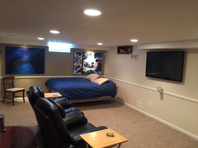 Confortavel basement studio com banheiro privativo