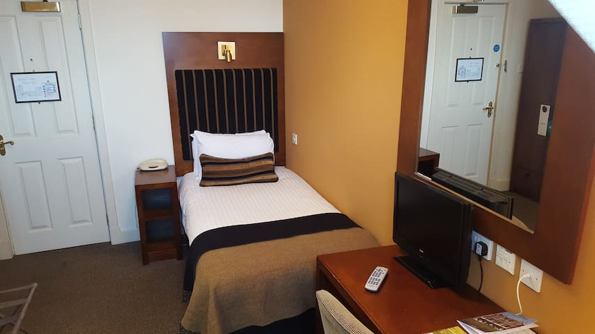 Cozy Single room with breakfast heart of the city center