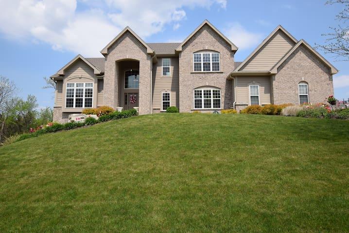 Beautiful Family Home Away from Home - Menomonee Falls - Ev