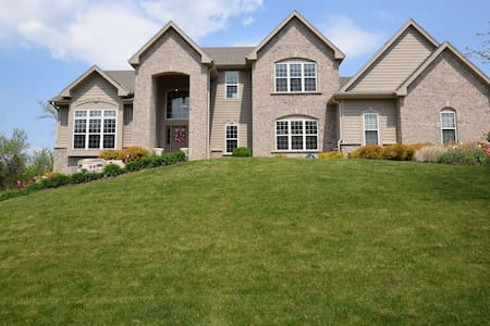 Beautiful Family Home Away from Home - Menomonee Falls