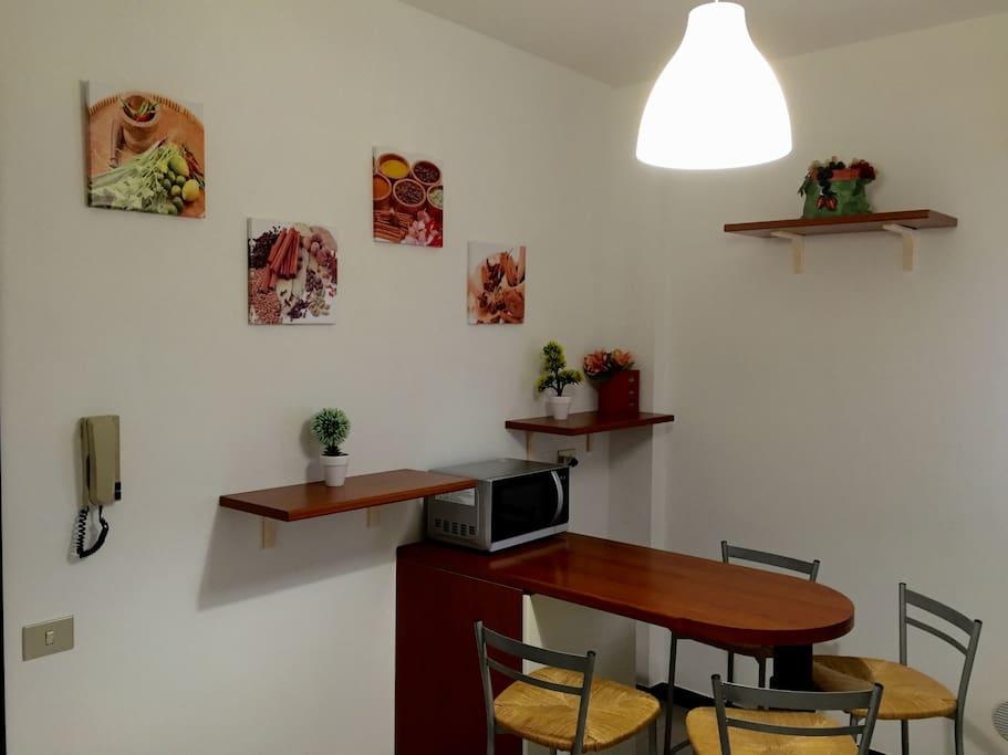 La cucina è provvista di frigo, piano cottura, macchina per caffè, forno ventilato, lavello a due vasche con gocciolatoio, forno microonde combinato e di tutti gli accessori indispensabili in cucina.