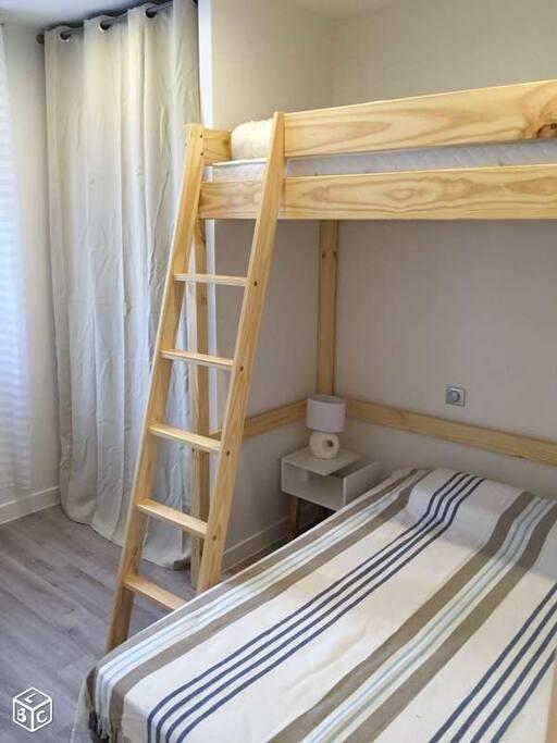 chambre : 1 couchage 140 cm, un lit mezzanine de 90 cm, dressing, fauteuil de lecture