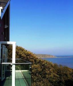 Panoramic Sea View, Beach/Town few mins walk, WiFi
