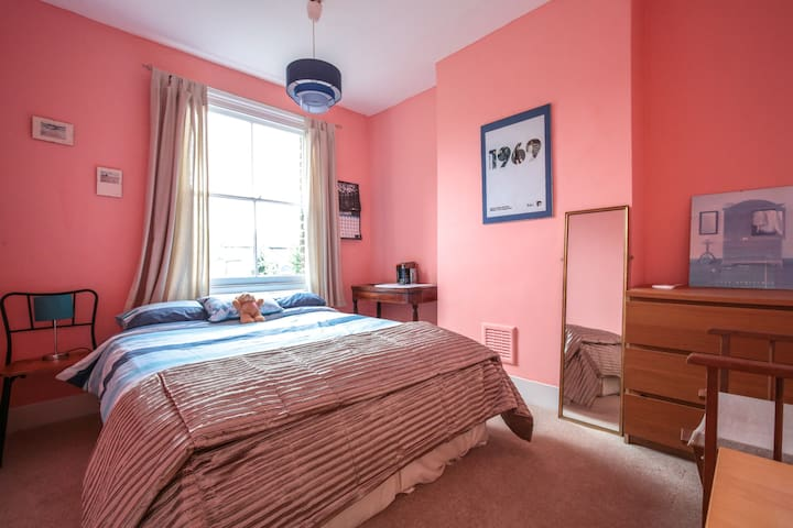 Cosy bedroom in renovated house (Manor House tube)