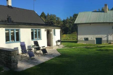 Charmigt gotländskt kalkstenshus - Visby - Casa