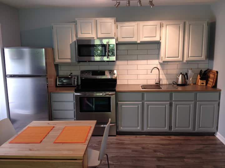 Modern private suite + full kitchen + min to town.