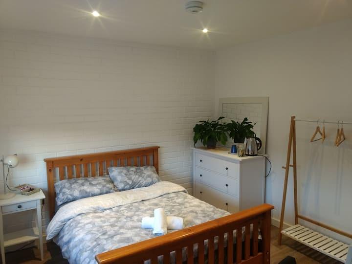 Quiet, comfortable bedroom with en-suite bathroom