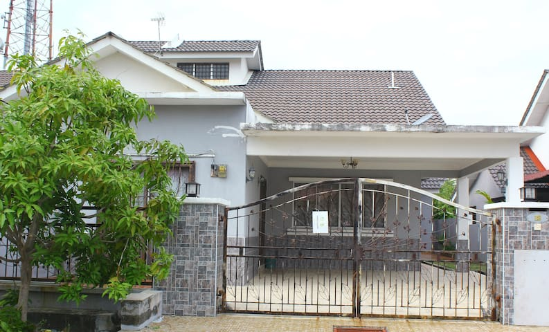Adiniz KLIA Holiday Home - Sepang - Casa