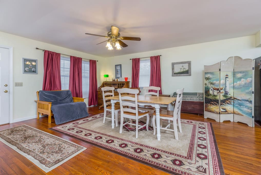 Frankie`s Place sleeps 8 comfortably, is Pet-Friendly, and has tons of space.