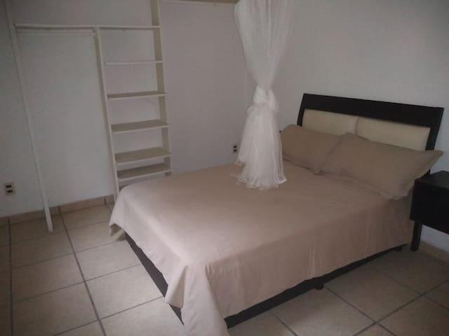 Bungalow cuarto  1 cama matrimonial cuenta con tv  sin cable con baño privado