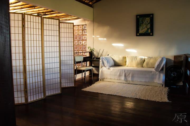 Mezanino com duas camas de solteiro (bi cama) e ventilador