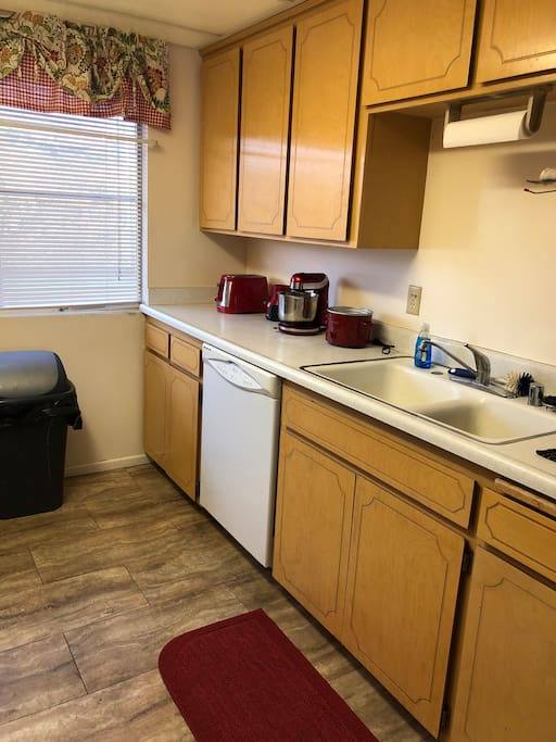 Kitchen (counter and sink)