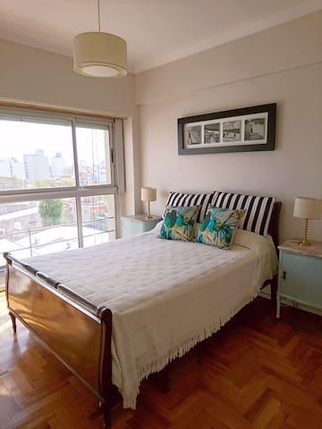 Habitación con cama matrimonial y tv por cable