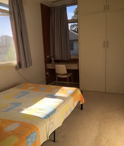 Comfy room with great location in Doncaster 单间