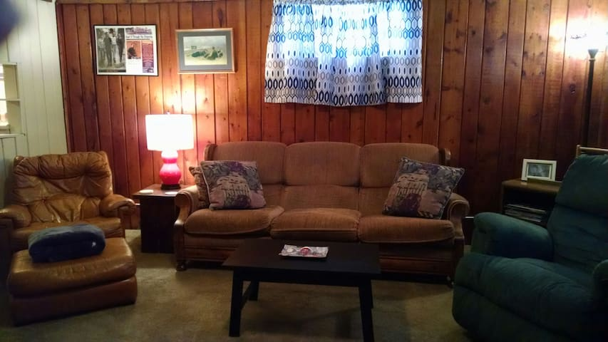 HOME AWAY HAVEN - Separate Entrance  (sleeps 1-10)