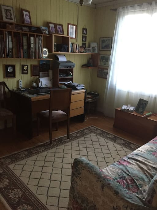 Escritorio y laptop disponible ,office and laptop available for guests
