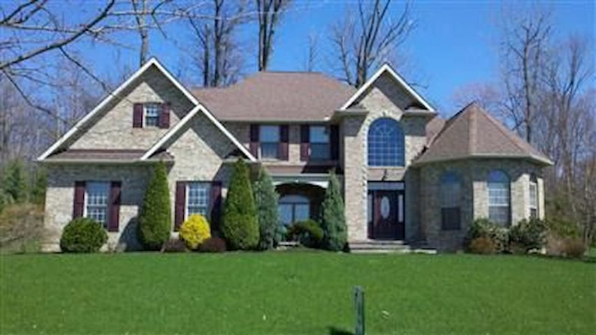 Executive home near downtown and RNC - North Royalton - Huis