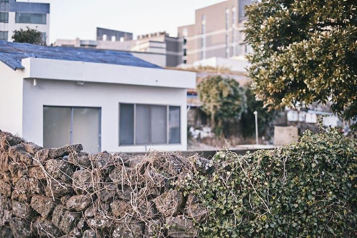 성산일출봉 잔디정원 돌담집 - Seongsan-eup, Seogwipo-si - House
