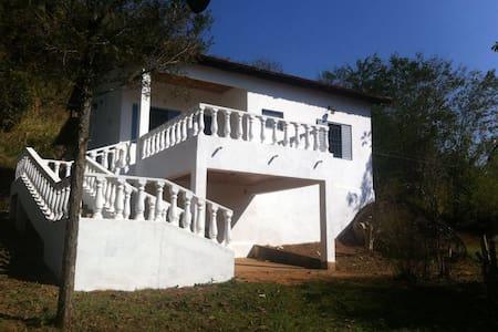 Casa em chácara com ampla varanda - Brumadinho
