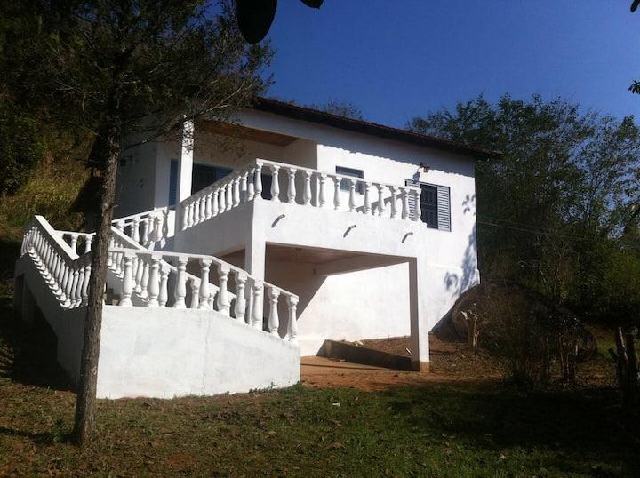 Casa em chácara com ampla varanda