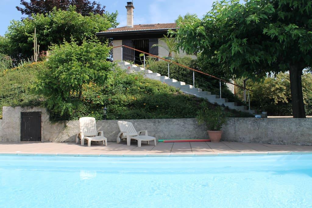 La maison. Vue de la piscine