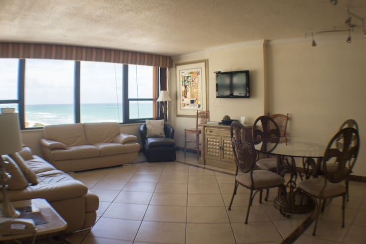 Oceanfront 2 bedrooms Condo with Beach Access,Pool