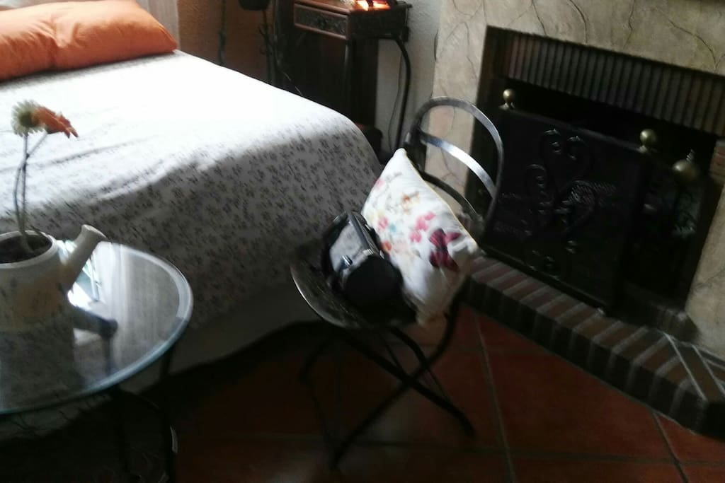 habitación con chimenea para tres