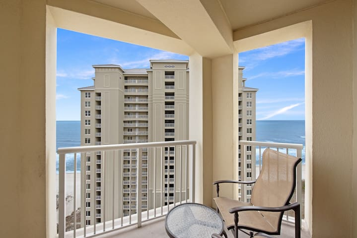 Updated condo w/ Tiki bar, 2 shared pools & hot tubs, Gulf views