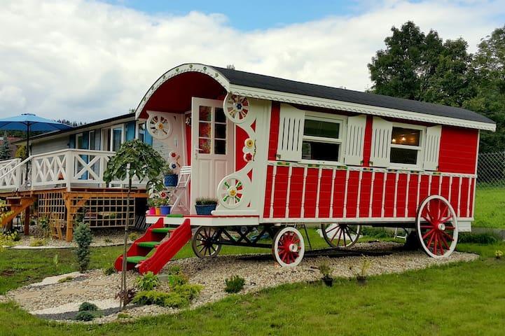 Chata w Rabce Bajkowa osada Czerwony wóz cygański