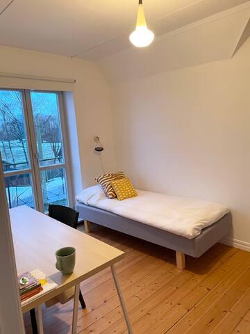 Litet sovrum på övervåningen med 80 cm bred säng och arbetsplats med god uppkoppling