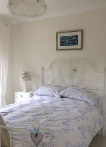 Double bedroom in character cottage - Stoke Saint Michael