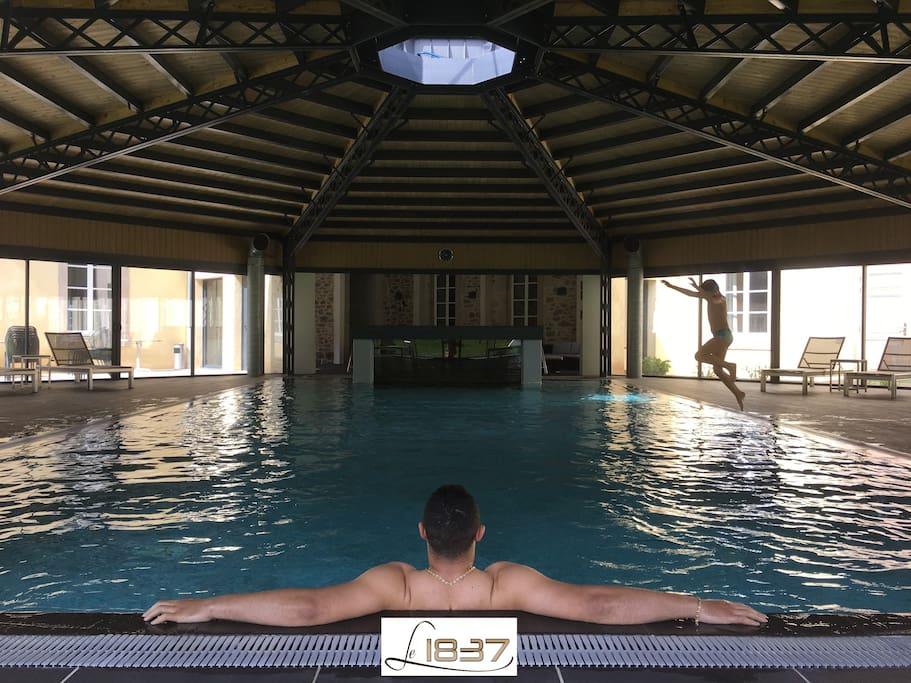 La piscine couverte chauffée à débordement