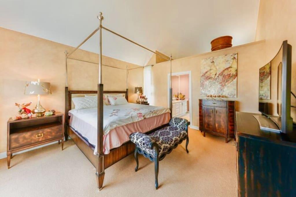 顶层是可以看景的一个大主卧室 有步入式衣帽间和大卫生间相通