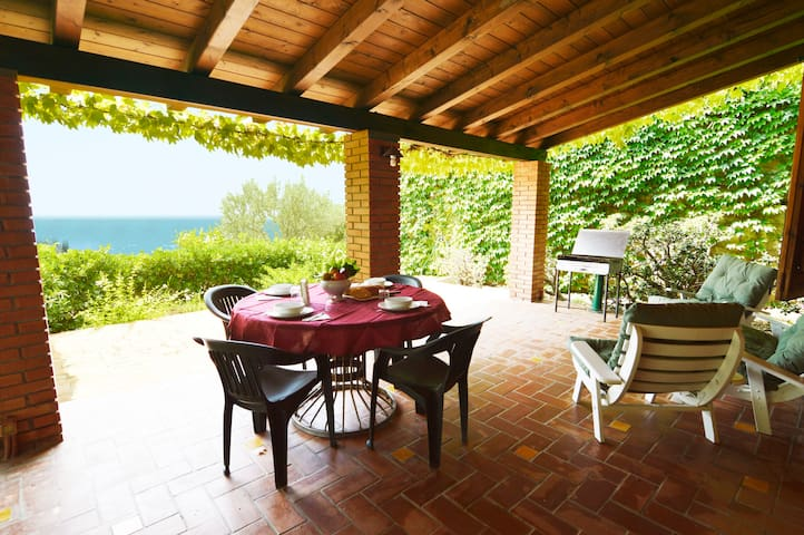 OLIVE TREE HOUSE: •sea view veranda •garden •WiFi - Rocca di Capri Leone - House