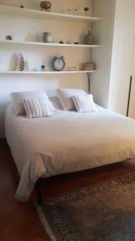 La stanza ha un letto matrimoniale 160x190