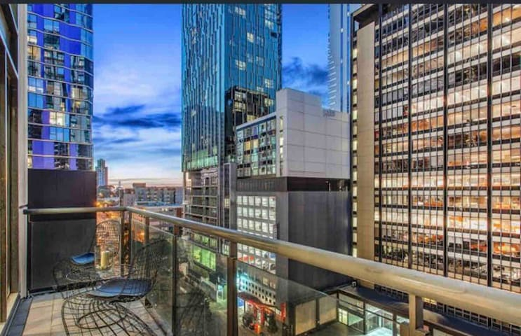 LUXURYLOFT  2-4PPL! FREE PARKING, NEAR MELBCENTRAL