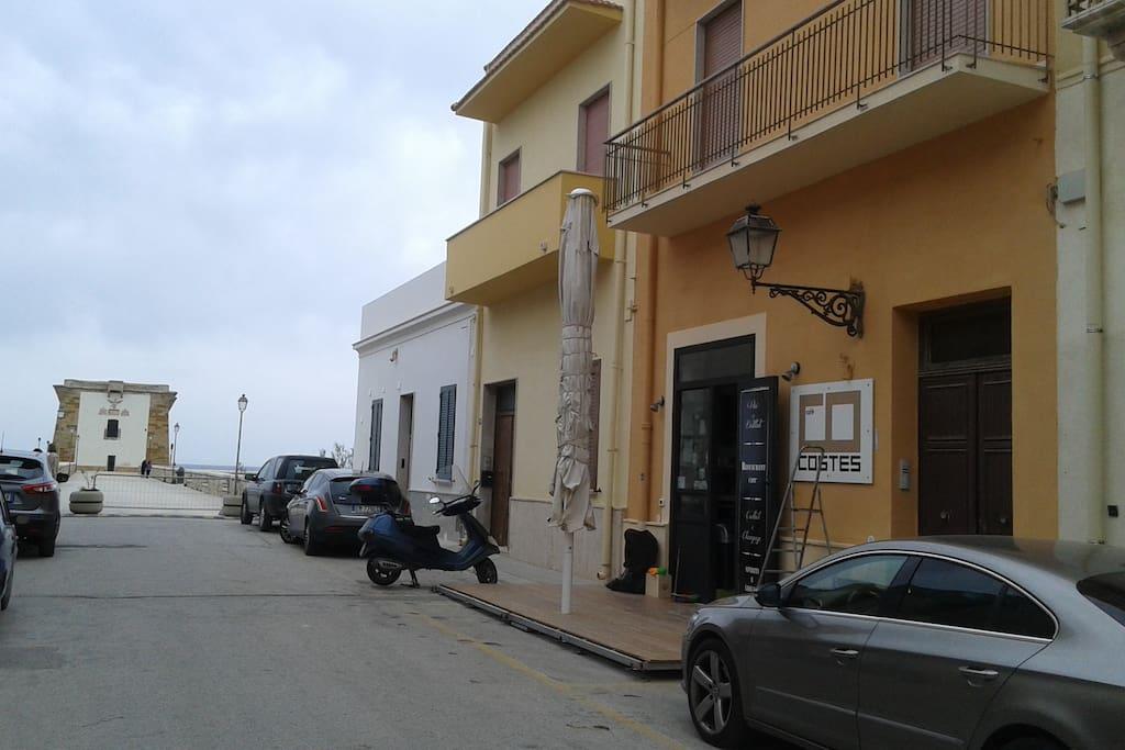 La via dove si trova l'appartamento ad uso turistico