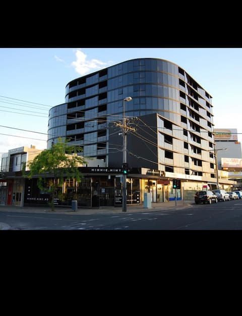 Modern apartment in central Moorabbin with views