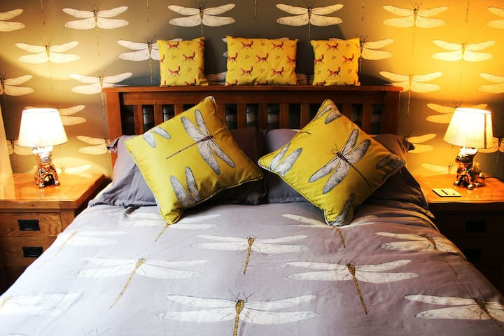200 thread Egyptian cotton linens on a spring and memory combination mattress fir a good nights sleep.