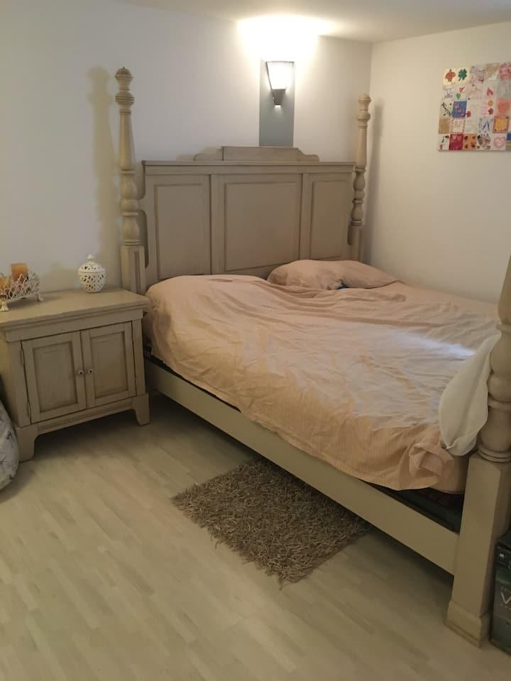 Zimmer im modernen familiären Haus zum Wohlfühlen