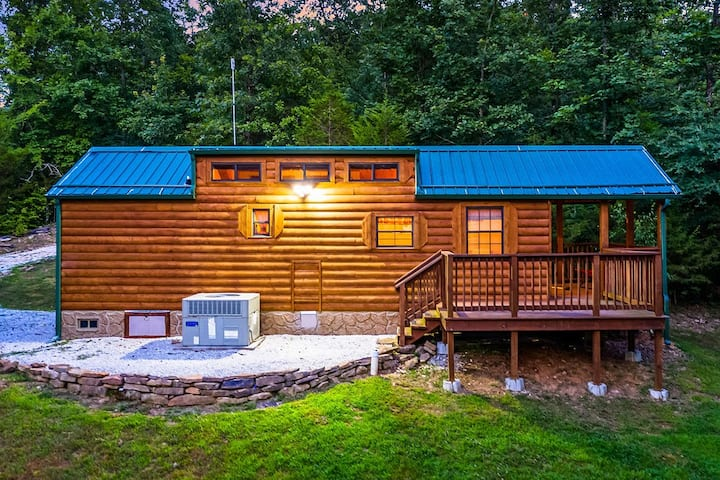 "Ozark Mountaintop Retreat - ""Hickory"" Cabin"