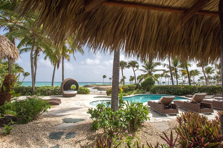 Seafront Tropical Luxury Villa with Maid, Cap Cana