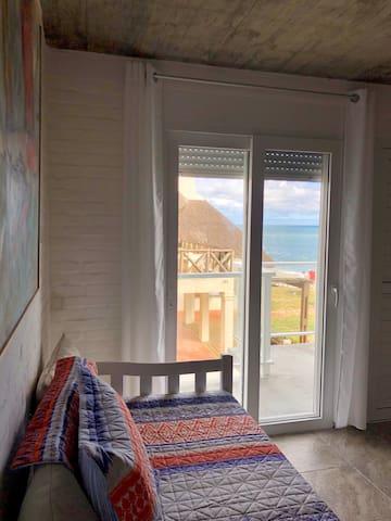 Otra imagen del living de otro apartamento lateral al mar.