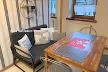 kuchnia i kanapa która rozkłada się na dodatkowe miejsce do spania - widoczne na kolejnym zdjęciu