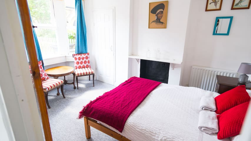 Bright private double bedroom with parking in Bath